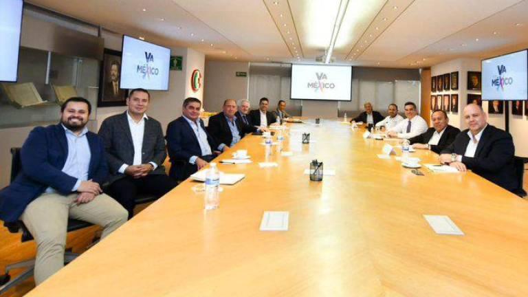 """AMLO califica como """"promiscuidad política"""" la reunión de Claudio X González,  de Hoyos y partidos opositores"""